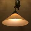 Hisslampa i antiklackerad mässing med 25 cm gul hög skomakarskärm