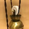 Hisslampa i antiklackerad mässing med skålformad opalvit klockskärm