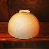 Hisslampa i antiklackerad mässing med skålformad vaniljtonad klockskärm