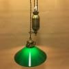 Hisslampa i antiklackerad mässing med 25 cm mörkgrön skomakarskärm