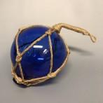 Glaskula i nät blå 10 cm i diameter