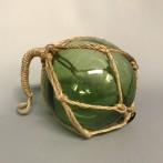 Glaskula i nät grön 10 cm i diameter