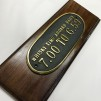 Mässingsskylt: Whisky time aboard daily: 7.00 to 6.59 - TILLVAL: Stora monteringsplattan i trä