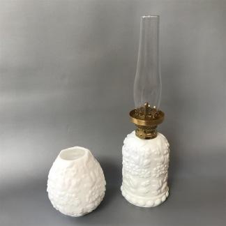 Liten fästemansgåva 3''' i opalvitt glas (äldre) - Vit minifotogenlampa 3'''