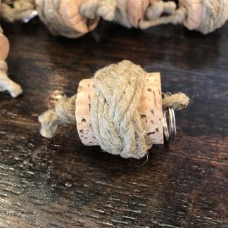 Nyckelring tjärad valnop på kork - Korknyckelring med lagd valknop