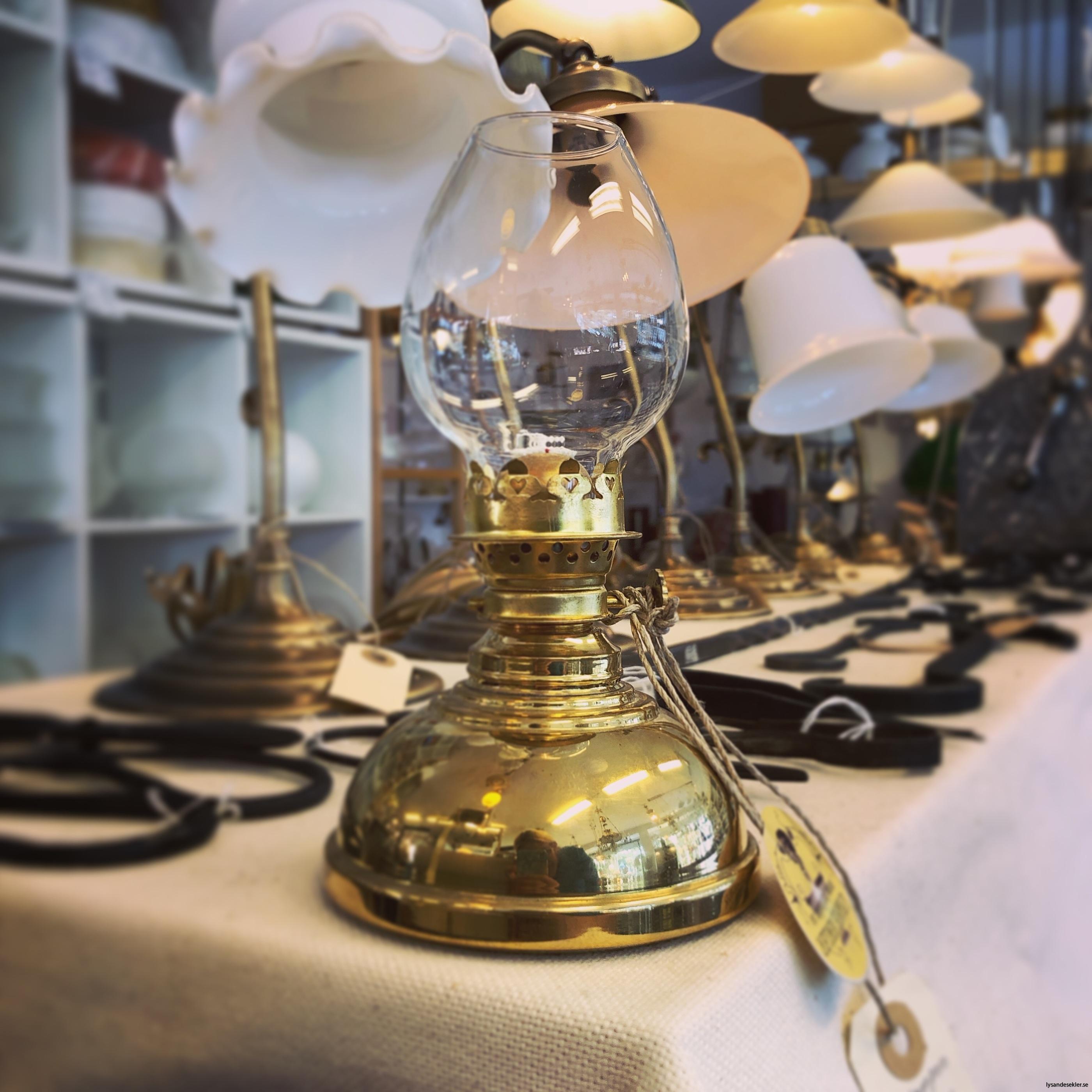 fotogenlampa mässing liten med äggformat lampglas