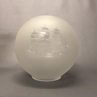 65 mm - Kupa 135 mm dansk klot frostat med skepp (Kupa till fotogenlampa) - Kupa liten 10'''(65 mm)  helfrostad med fullriggare