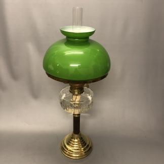 Fotogenlampa på träfot med 14''' med ärtgrön skärm (äldre) - Antik fotogenlampa 14''' på piedestalfot av trä
