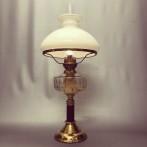 Klassisk fotogenlampa på träfot med 14''' med skärm (äldre)