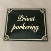 Emaljskylt: Privat parkering - Skylt i vagnsgrön emalj: Parkering förbjuden