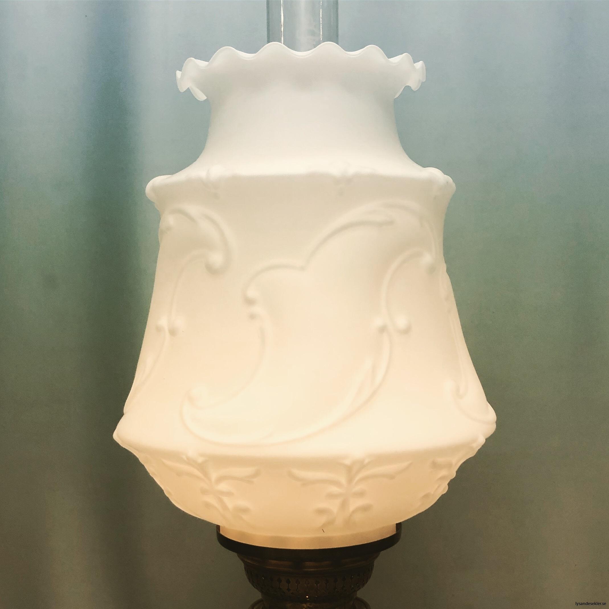 matt vit tulpankupa till fotogenlampa 3