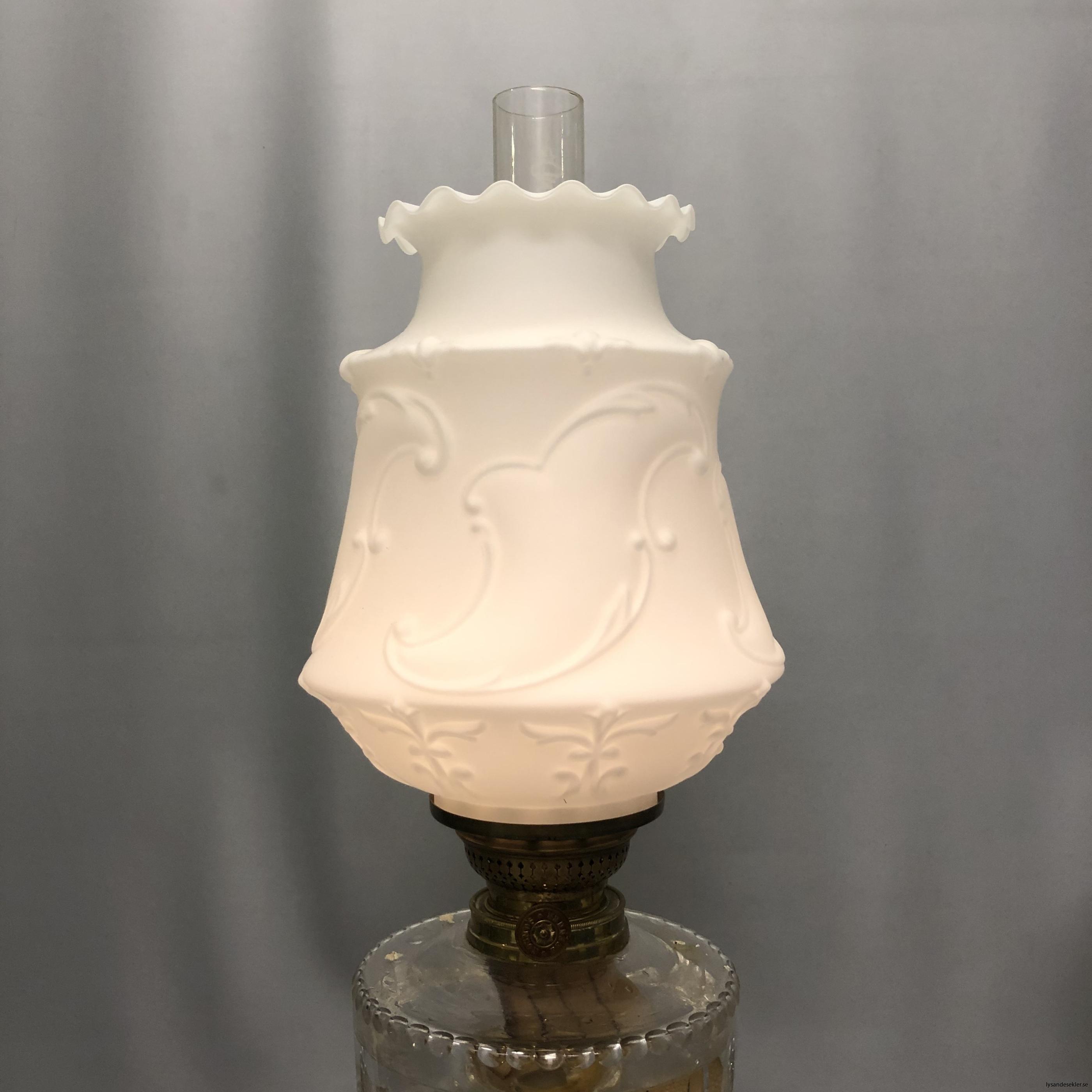 matt vit tulpankupa till fotogenlampa 2