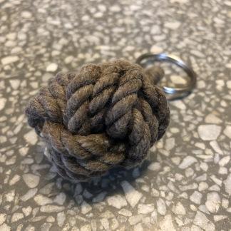 Nyckelring stor apnäve tjärat snöre - Stor tjärad apnäve (brun)