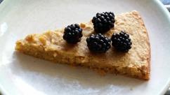 Glutenfri och mjölkfri kaka bakad på mandelmjöl och utan vitt socker