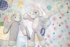Present till babyn- Diinglisar Dino, hänge och skallra
