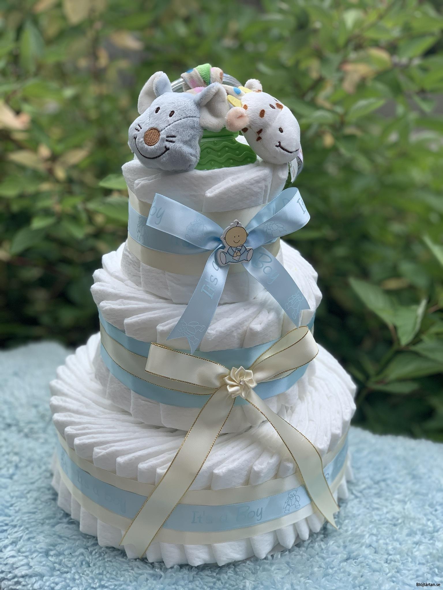 Blöjtårta blå med skallra på toppen