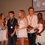 Åk 9 tackas med blommor och medalj