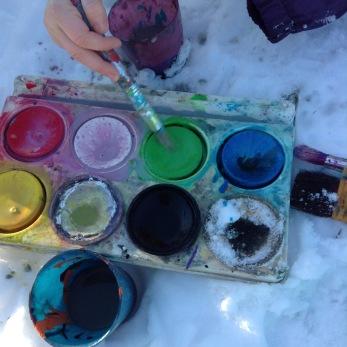 Skapande aktivitet utomhus med femårsgruppen. Vi målar med vattenfärg på snön!
