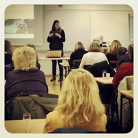 Linda Atmer föreläser i olika hundrelaterade ämnen på yrkesutbildningar, hundklubbar, hundskolor och rasklubbar.