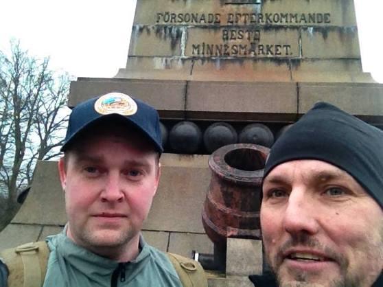 Andreas och LG vid minnemärket