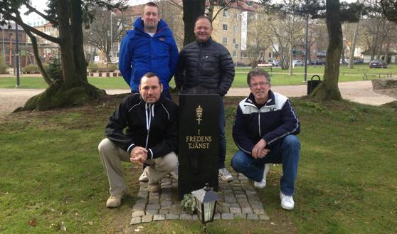 Anders, Ralle, L-G och Tony vid Minnesstennen i Norre Kattspark i Halmstad