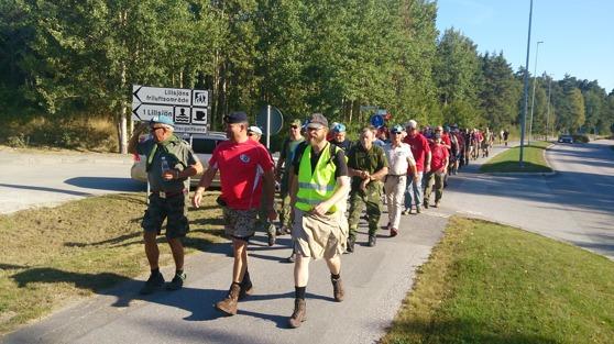 Veteranmarschen tar sig fram på Grannhammarsvägen