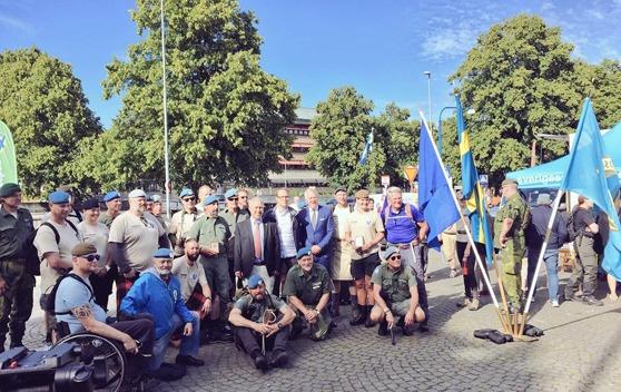 Glada gångare vid målgången av Veteranmarschen 2016. Foto: Patrik Oksanen