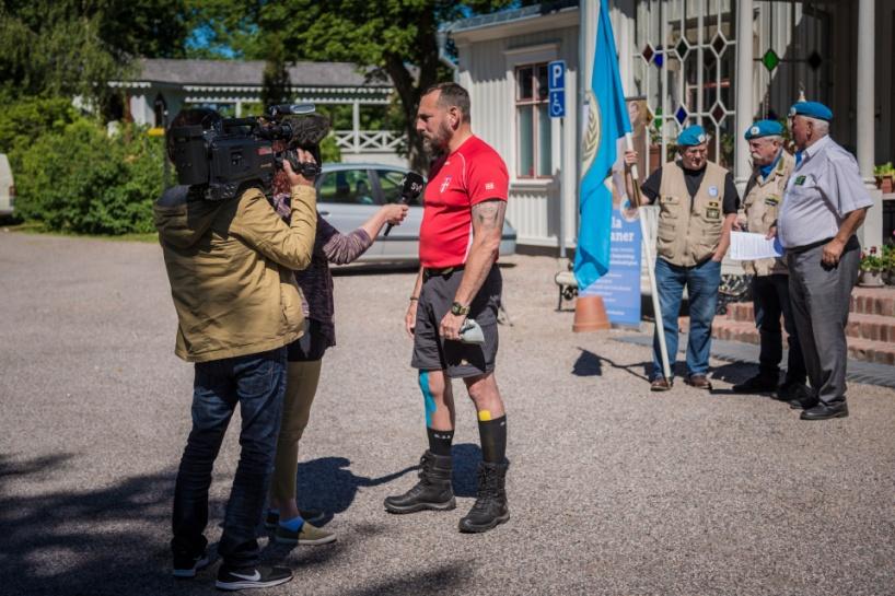 Lars-Göran Nyholm (intiativtagare till Veteranmarschen) intervjuas av SVT. Foto: Kim Svensson
