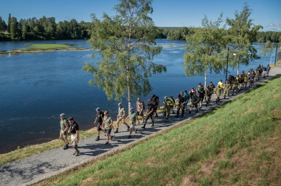 Närmare 50 veteraner och anhöriga går längst strandpromenaden i Skellefteå. Foto: Kim Svensson