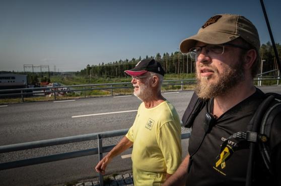 Hans Henriksson och Fredrik Edén håller takten längst fram när Veteranmarschen närmade sig Luleå 29 maj. Foto Kim Svensson