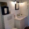 Platsbyggd badrumsinredning i råspont