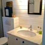HItta Hem, badrum med egendesignad kommod med marmorskiva