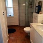 HItta Hem, badrum med lertegelgolv från Qvesarum Byggnadsvård