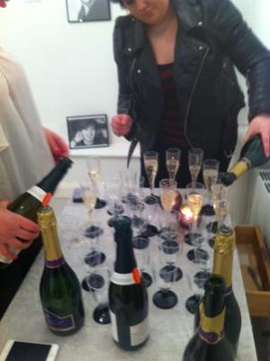 Här håller jag och min syster Sophie på att hälla upp Champagnen innan gästerna kommit(med pewdiepie i bakgrunden :P)