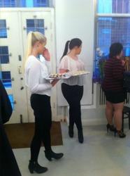 Här min syster(till höger) och henne kompis Lina(till vänster) servitriser på vernissaget och bjuder gästerna på snittar och dricka.