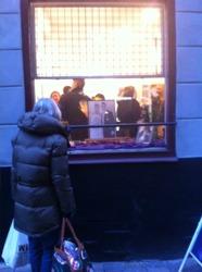 Här kan man se premiären utanför galleriet och samtidigt hur skyltfönstret blev dekorerat.