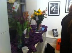 Blev bjuden på en massa blommor denna dag.vilket gjorde galleriet ännu mer färgglatt då majoriteten av alla tavlor är svartvita. :D :D