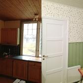 Med de ljusa och fräscha tapeterna och målade panelen blir rummet större och trevligare att vistas i.