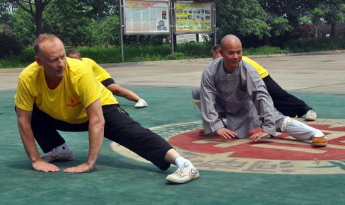 Peder Finnsiö tillsammans med shaolinmunken Shi De Jang under träningsläger i Kina