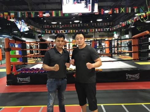 Li Jie till höger på sitt fullt utrustade gym i Beijing.