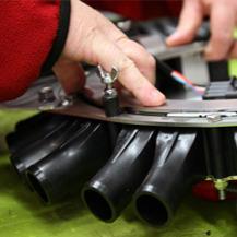 Person som monterar en produkt i vår legoproduktion.