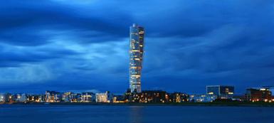 Turning Torso i Malmö med 54 våningar, 27.000 kvm skulle ge 900 st bostadsrätter om 30 kvm. Om två bor i varje lägenhet skapas bostad åt 1.800 människor.