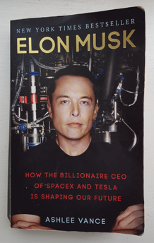 Månadens boktips! Boken om Elon Musk (bild: från min egen telefon)