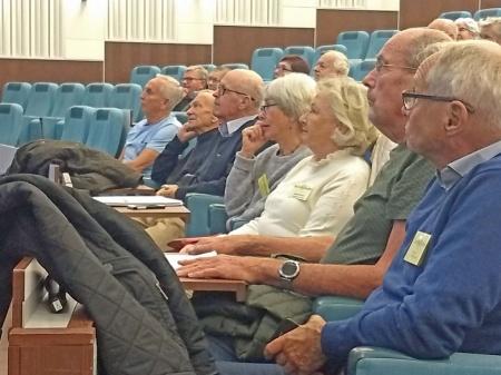 Intresserade åhörare i Lidingö Stadshus Sessionssal. Denna föreläsning handlade om bedrägerier på nätet. Sjuttio personer kom och lyssnade.
