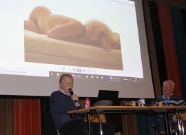 Den världsberömda fotografen Leif-Erik Nygårds var vår gästföreläsare den sista gången på höstterminen. Han berättade om sitt liv som fotograf. Sextio personer kom och lyssnade på denna mycket intressanta föreläsning.