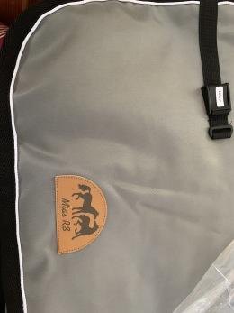 Ländtäcke i bävernylon - Grått medvit passpoal och svart kantband, stl 145 cm