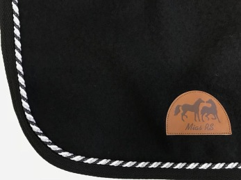 Mias RS Ländtäcke i ull - Svart med trefärgad snodd i silver/svart/pärlemor, stl 135 cm