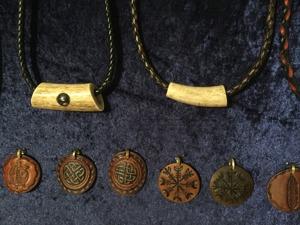 runhalsband och vikinghalsband