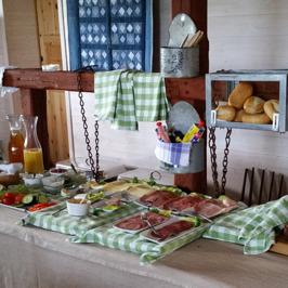 Frukostbuffé med lokala delikatesser. Vi bakar vårt bröd, lägger in egen sill, gör  egen marmelad och müsli. Njut av frukost i trädgården eller stallet.