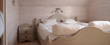 Romantiskt rum med frukost vid havet norr om Falkenberg - dubbelrum på Augustas B&B i Olofsbo längs Kattegattleden mot Glommen